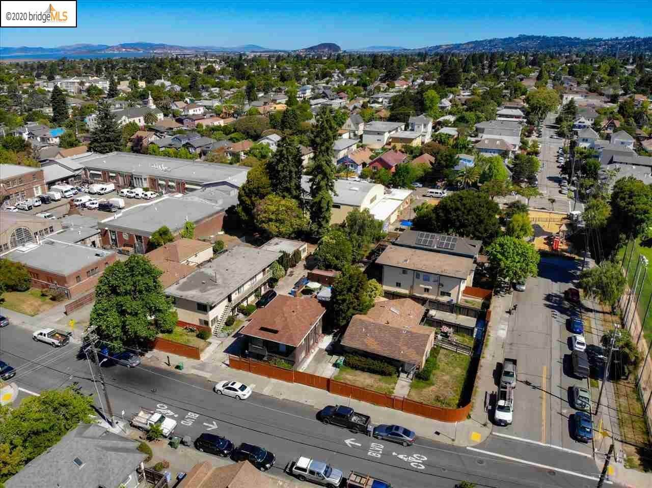 Multi-Family Homes pour l Vente à 1743 Russell Street Berkeley, Californie 94703 États-Unis